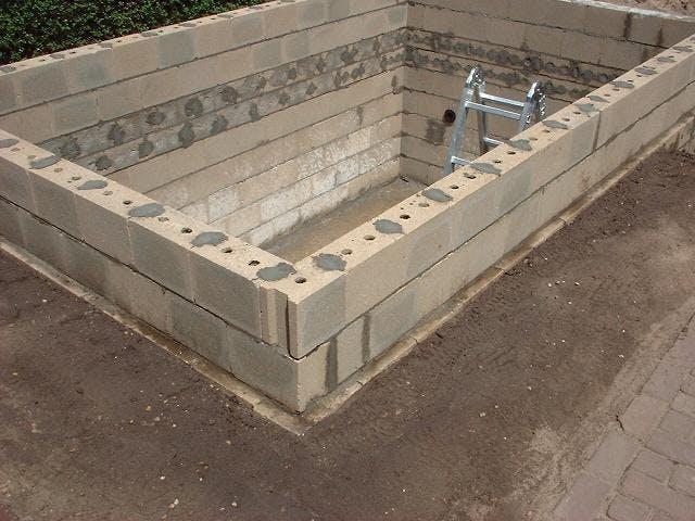 vijver-metselen-met-betonblokken
